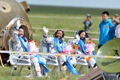 Shenzhou 10 crew after landing