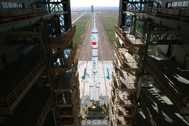 CZ-2F Shenzhou 11 rollout