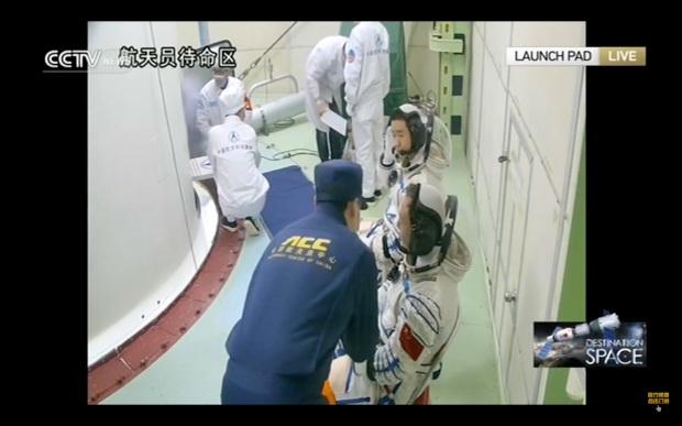 shenzhou-11-crew-boarding