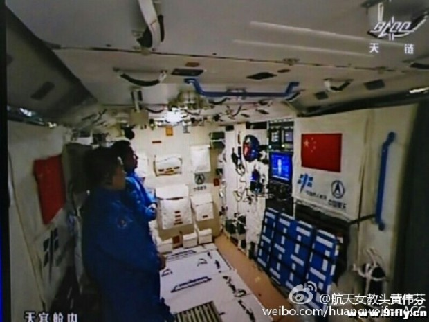 shenzhou-11-crew-watching-tv